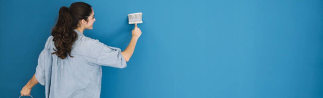 mulher-pintando-parede