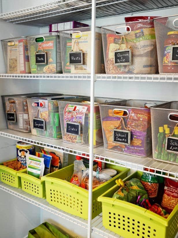 organizacao-despensa-cozinha-cestas-organizadoras-cestos-prateleiras-divisao-alimentos-como-organizar