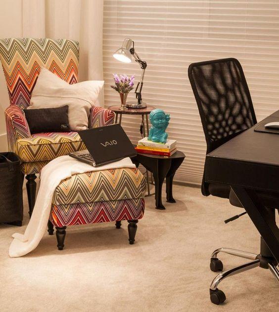 escritório-em-casa-com-poltrona-almofada-puff