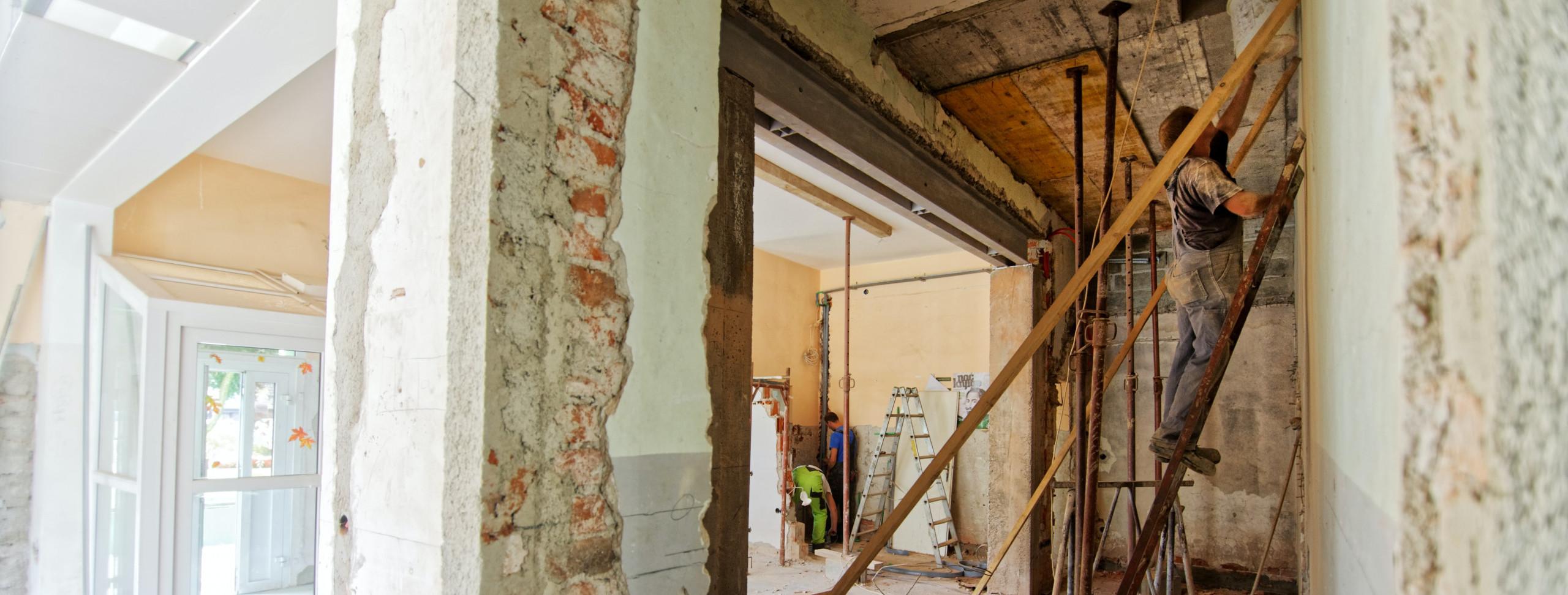ambiente-reforma-revestimento-apartamento-reformar-teto-forro-sujeira-construcao-materiais-contratar-profissional-pedreiro-chao-pintura