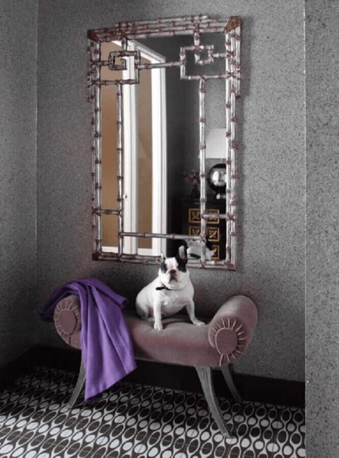 decoração-de-hall-de-entrada-residencial-com-espelho-e-banqueta-de-veludo