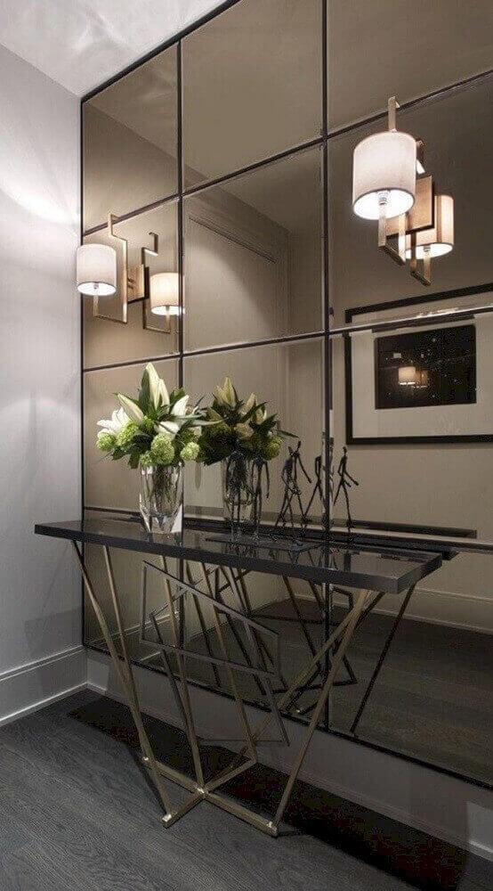 decoração-hall-de-entrada-com-aparador-moderno-e-parede-espelhada-com-espelho-parede-inteira