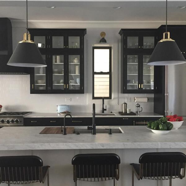 cozinha-americana-moderna-bancada-granito-moveis-pretos