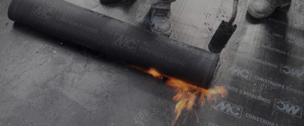 manta-asfaltica-aplicacao-como-aplicar-aderida-macarico-asfalto-laje