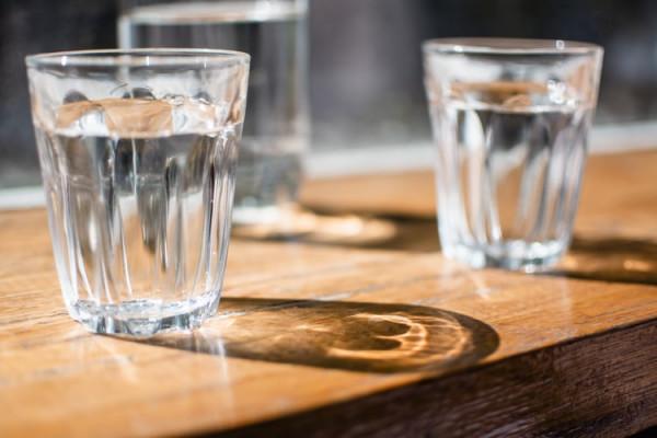 copo-agua-mesa-vidro-potavel-qualidade-purificador-filtro