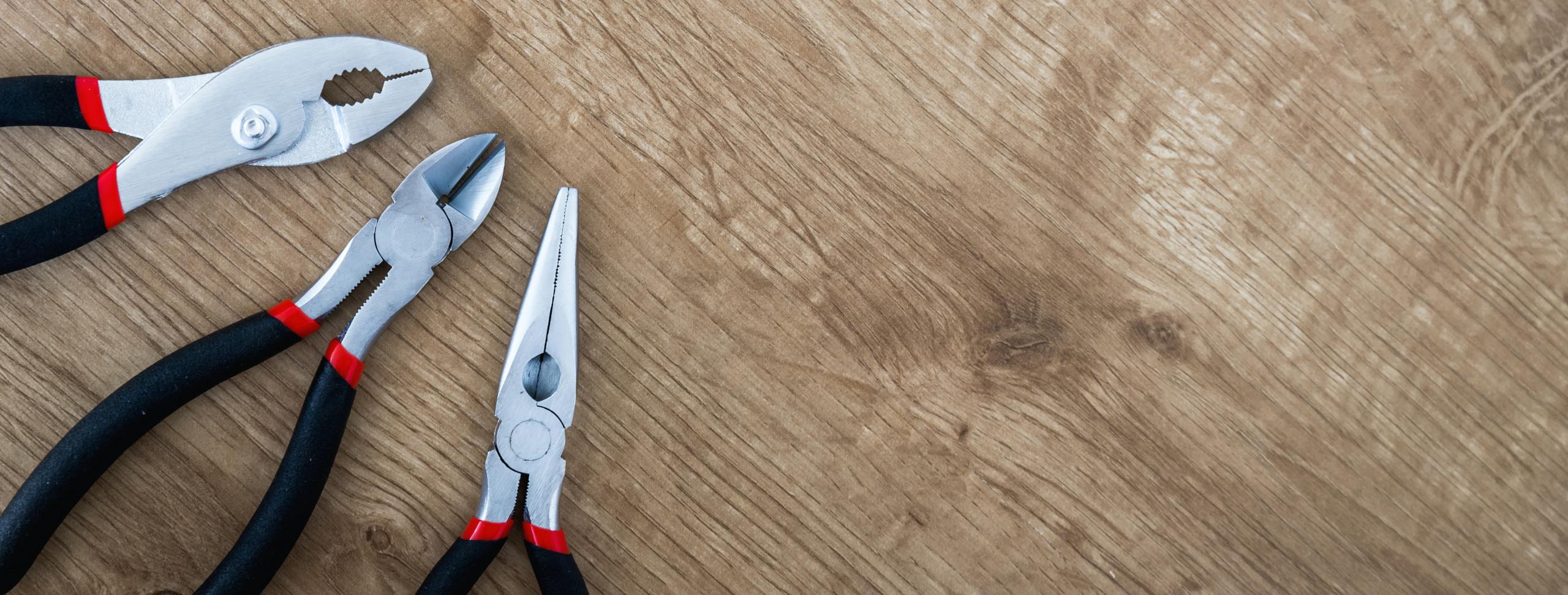 ferramentas-manuais-alicate-martelo-chave-fenda-trena-caixa-reparo-metal-cabo