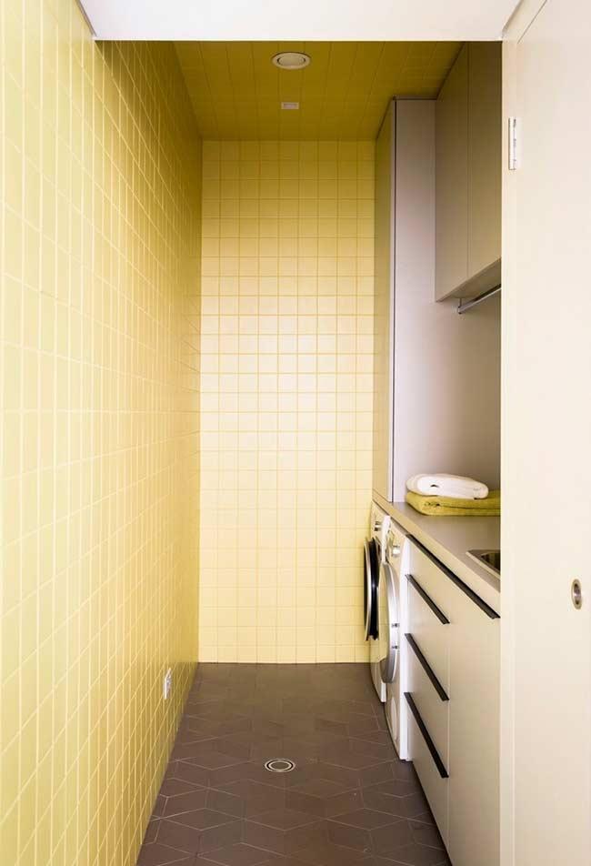 lavanderia-com-azulejo-pintado-de-amarelo