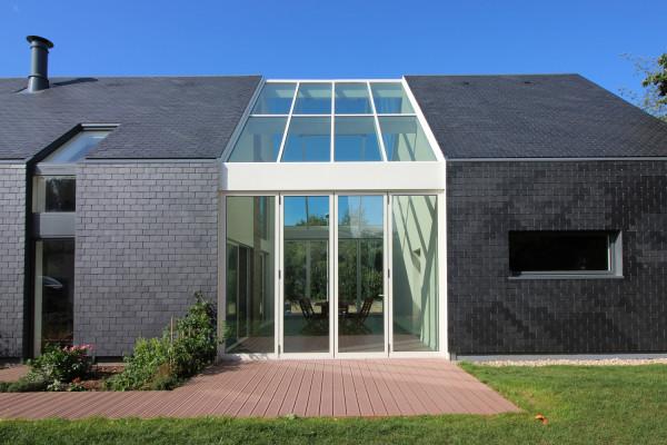 pedra-ardosia-preta-fachada-J_Guillo_Architecte