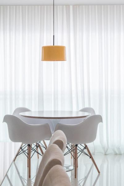 Sala-de-jantar-pendente-sobre-mesa-redonda