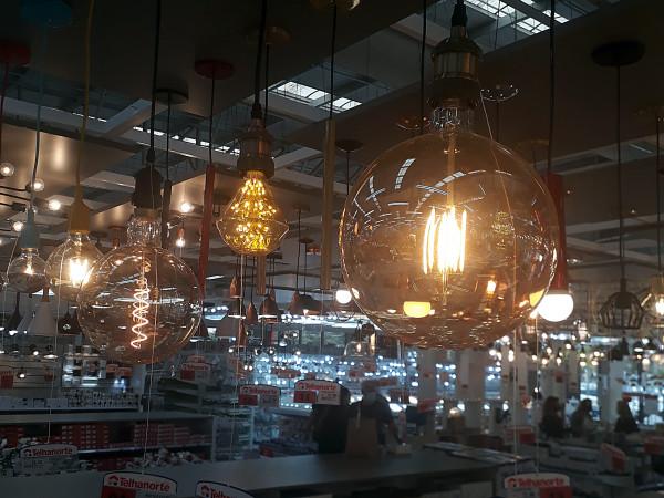 luz-decorativa-iluminacao-moderna-loja-morumbi-telhanorte-lampada-amarela