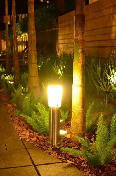 Área-externa-jardim-poste-balizador