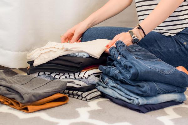roupas-organizacao-organizar-como-dobrar-camiseta-calca-guarda-roupa-armazenar-doar