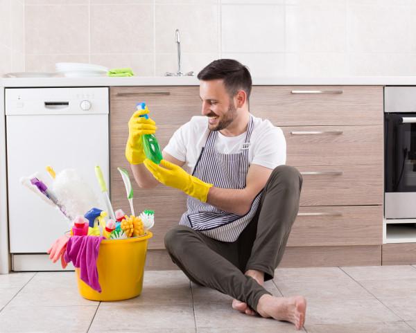 homem-limpeza-faxina-limpar-piso-vinilico-agua-produto