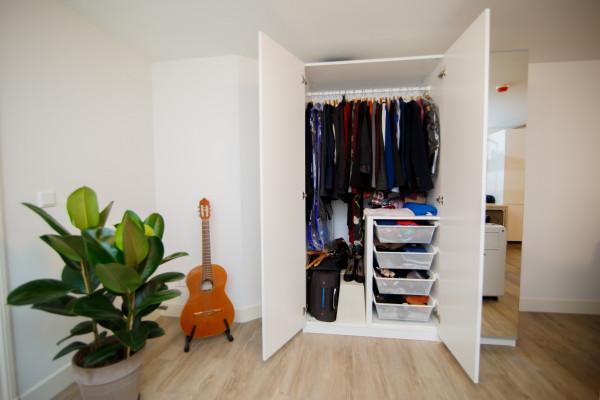 armario-guarda-roupa-closet-organizar-organizacao-organizado-separar-casacos-cabide-cestos-gavetas