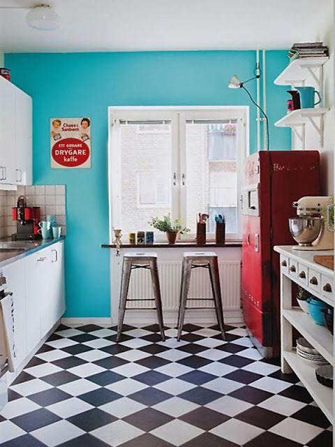 cozinha-piso-preto-branco-moderno-classico-tradicional-geladeira-vermelha-colorida