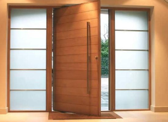 modelo-porta-pivotante-de-madeira-com-puxador