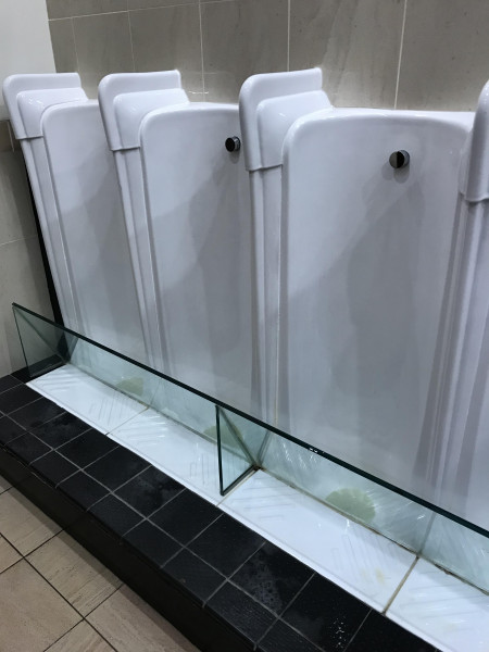 mictório-contra-parede