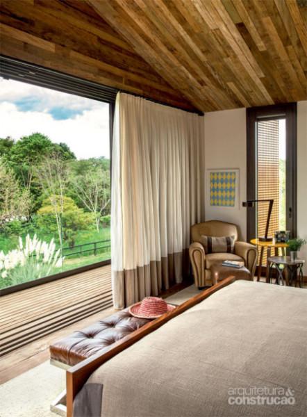 09-madeira-no-piso-e-no-teto-traz-acolhimento-a-vivendo-de-campo