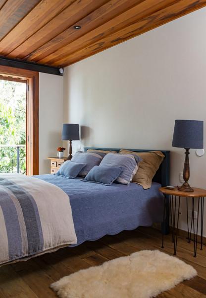 casa-campo-rural-rustica-madeira-cor-cama-azul-tapete-decoracao-conforto-cortina-luz-industrial