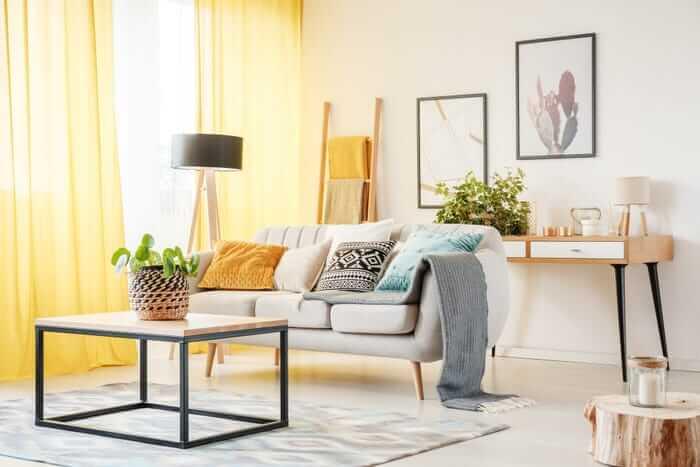 cortina-amarela-pantone-sala-estar-cinza-sofa-janela-ambiente-claro