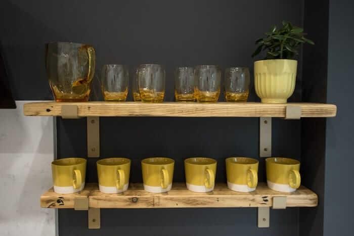 decor-detalhes-amarelo-pantone-2021-cozinha-copos-xícaras-estante-parede-cinza