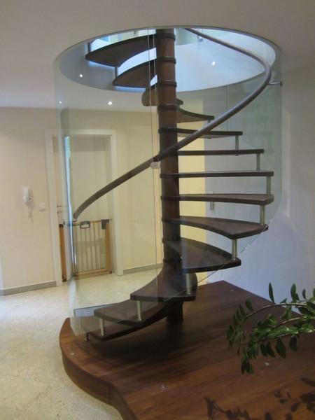 escada-circular-vazada-com-proteção-de-vidro