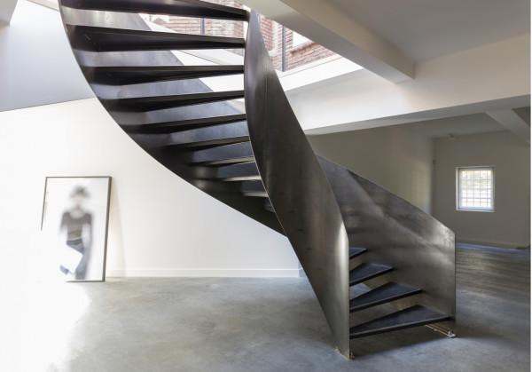 escada-curva-vazada-de-aço