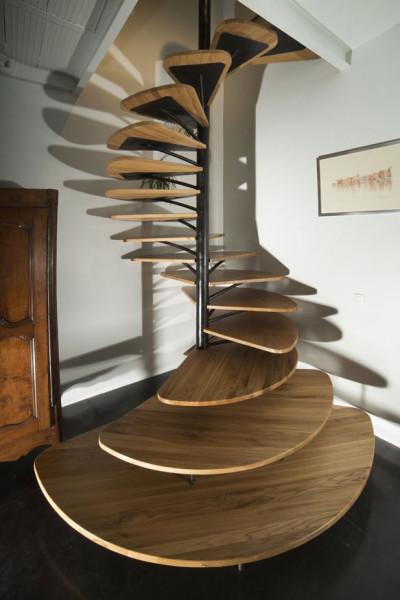 scada-helicoidal-vazada-de-madeira-sem-corrimão