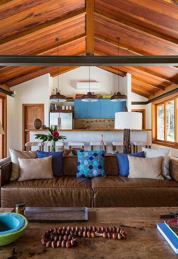 casa-campo-decoracao-rustica-madeira-natural-almofadas-detalhes-coloridos-azul-marrom