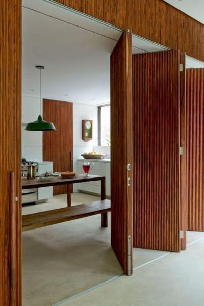 porta-camarao-ambiente-interno-sala-estar-cozinha-casa-madeira-trilho-dobradica