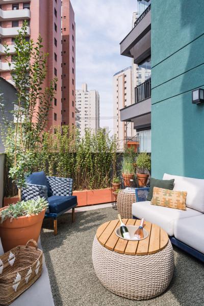 area-externa-urban-jungle-vasos-barro-porcelanato-cimento-queimado-sofa-poltrona-almofadas-tapete-varanda-apartamento-madeira-mesa-centro