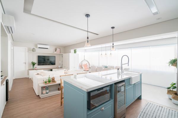 estilo-escandinavo-cores-sobrias-neutras-leves-branco-aconchego-classico-sala-cozinha-ilha-bancada-madeira-varanda-piso-luz