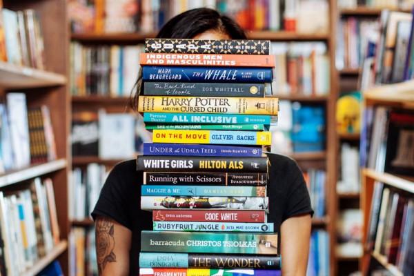pessoa-com-pilha-de-livros
