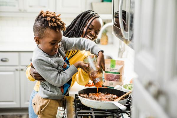mãe-filho-cozinhando