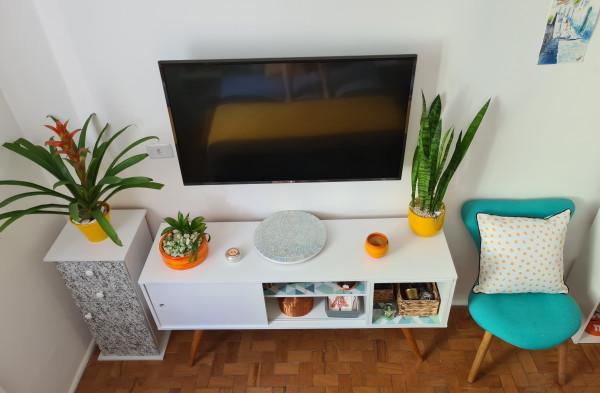 casa-decoracao-itens-cores-decorativos-decorar-personalizar-decor-raque-tv-envelopar-madeira-colorido-cadeira-planta-parede