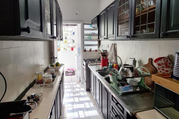 cozinha-antes-depois-armarios-madeira-estreita-espaco-otimizar-moderna-preto-tinta-esmalte-pendente