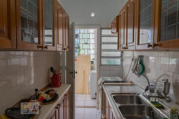 cozinha-antes-depois-armarios-madeira-estreita-espaco-otimizar-utensilios