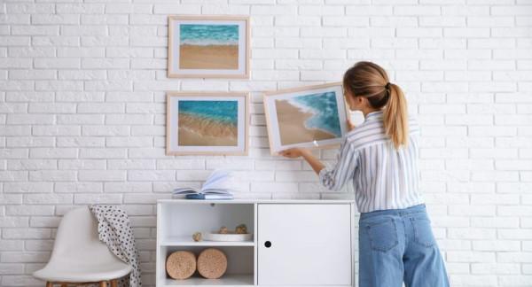 mulher-decorando-ambiente