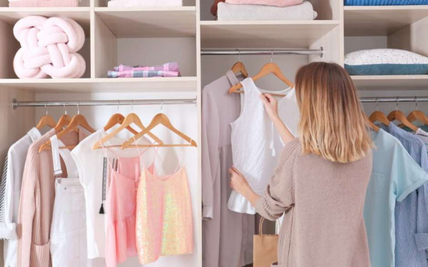 mulher-guarda-roupa-organizado