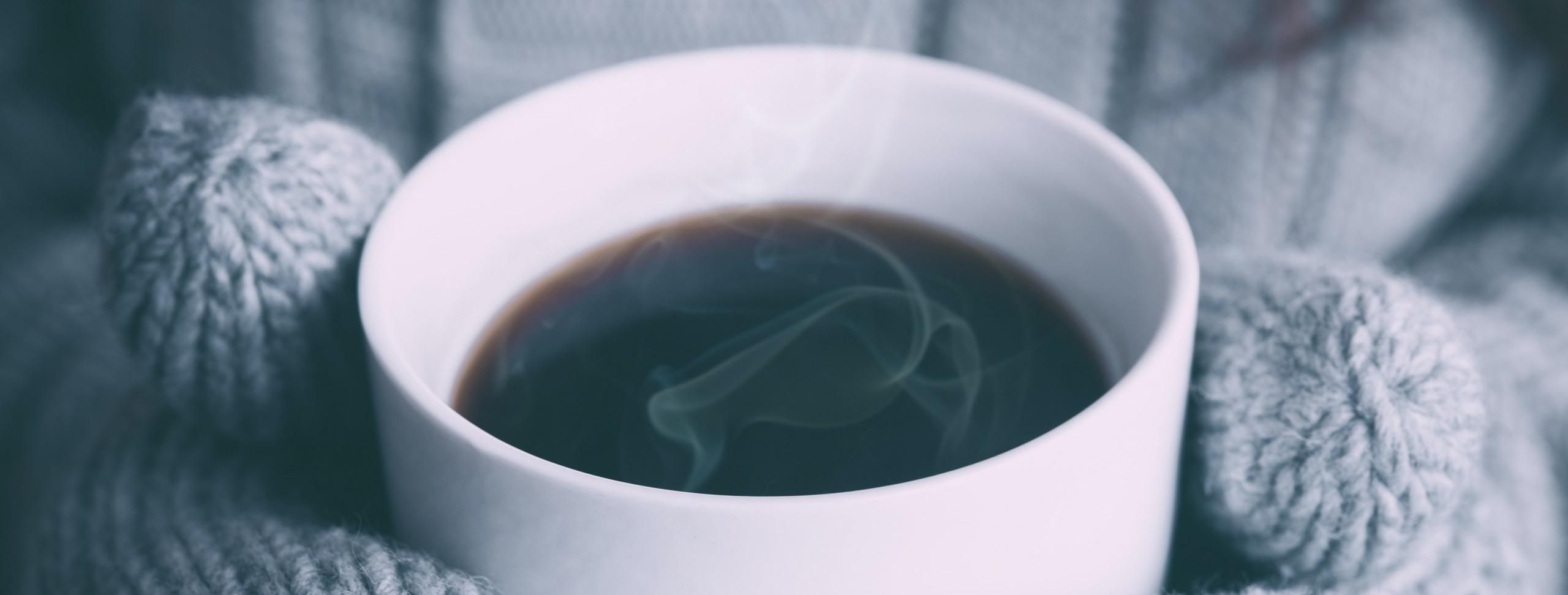 frio-inverno-bebida-quente-cha-cafe-coberta-produtos