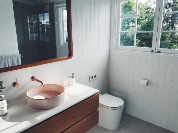 banheiro-lavabo-iluminacao-natural-luz-janela-madeira