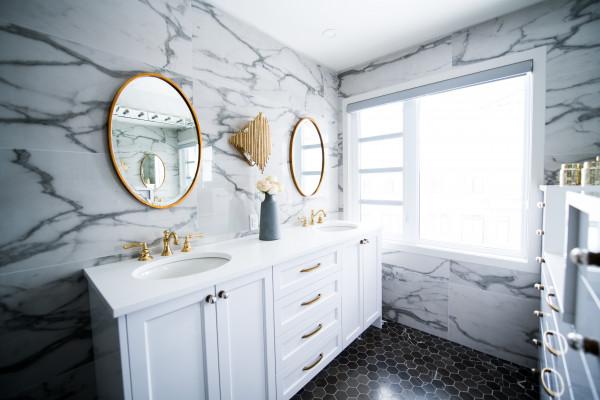 banheiro-lavabo-moderno-revestimento-pedra-marmore-branco-gabinete-espelho-piso-preto-janela-luz-iluminacao-umidade