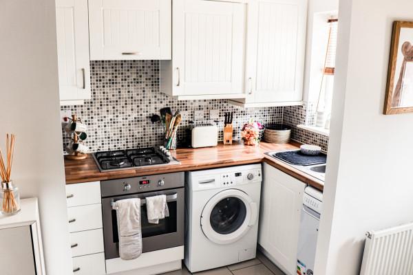 espaco-reduzido-cozinha-pequena-organizar-decoracao-bancada-apertada-funcional-fogao-pia-armarios