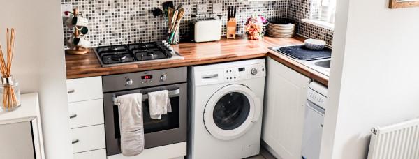 espaco-reduzido-cozinha-pequena-organizar-decoracao-bancada-apertada-funcional-fogao-pia-armarios-corte