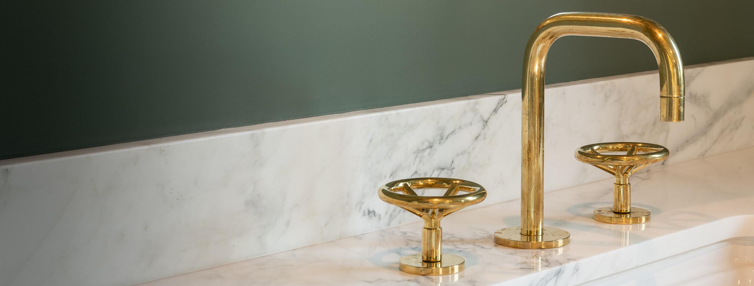 lavabo-pia-bancada-banheiro-torneira-pia-registro-marmore-parede-espelho