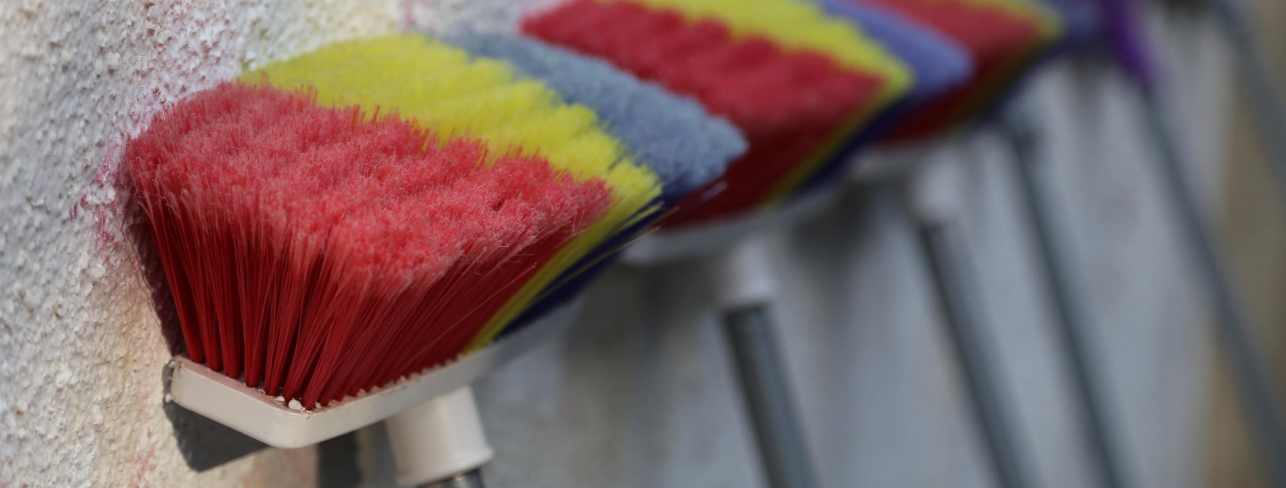 vassoura-limpeza-cerdas-piso-madeira-cuidados-dicas