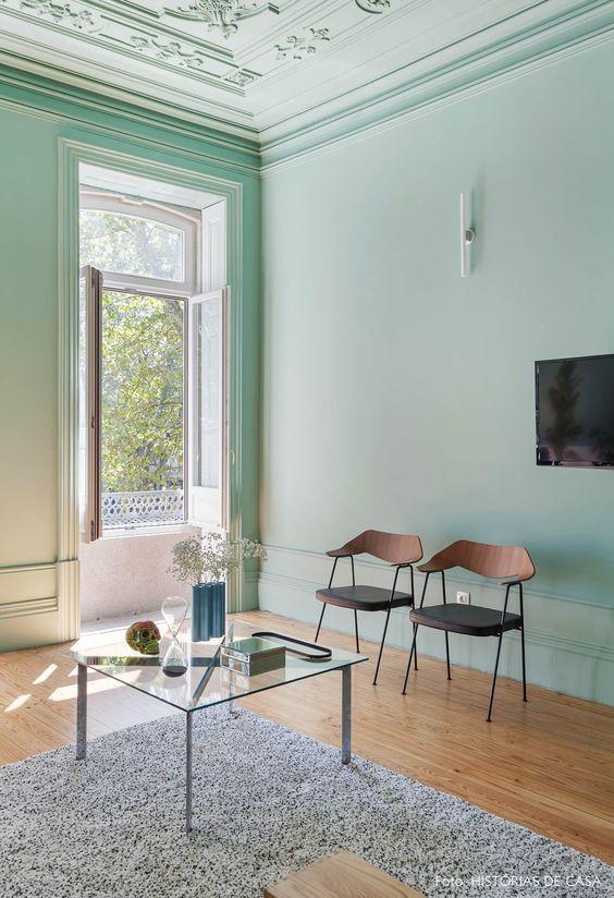 azul-parede-decoracao-classica-tapete-cadeiras-mesa-centro-decor-pantone-2022