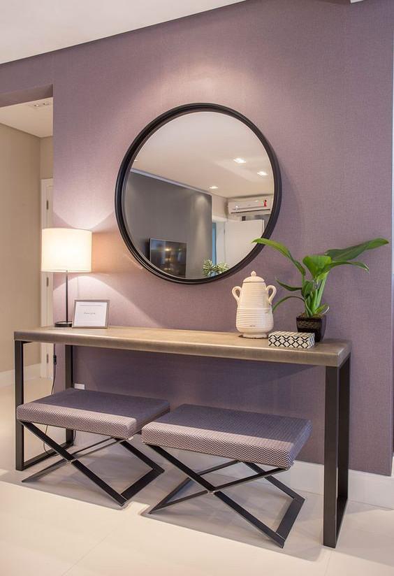 lilas-parede-roxo-aparador-planta-decoracao-casa-bancos-abajur-espelho-pantone-2022-sala-estar